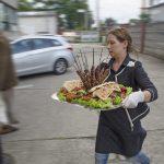 TAMERS® Catering 27.06.2015; Dominique Heine serviert den Grillteller, Foto: Andreas Reichelt
