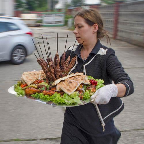 Tamers Catering Leipzig - Hähnchenspieße mit Salat und Fladenbrot aus eigener Herstellung